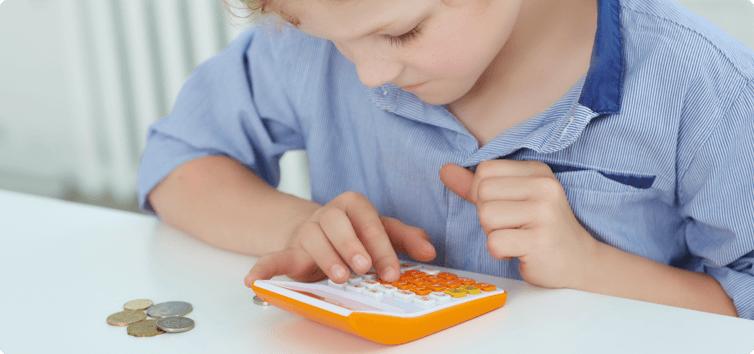 Enfant avec une calculatrice et argent de poche