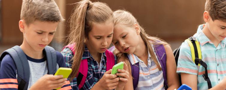 Enfants avec leurs smartphones
